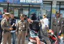 ตำรวจจับ 2 วัยรุ่นก่อเหตุชิงทรัพย์ร้านสะดวกซื้อ 2 ครั้งพบมีหมายจับค้างเก่าคุมตัวทำแผน