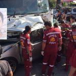 เปิดภาพวงจรปิดบันทึกภาพรถยนต์กระบะเสียหลักหมุนข้ามเลนพุ่งชนรถบรรทุกเสียชีวิตคาซากรถ
