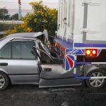 หนุ่มขับเก๋งพุ่งมุดใต้ท้องรถบรรทุก 10 ล้ออาการสาหัส คาดหลับใน