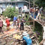 สุดเศร้าสองตายยาย บ้านทรุดพังลงมาทั้งหลังหนีเอาตัวรอดมาได้หวุดหวิด