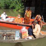 ห่วงญาติโยมเดือดร้อนน้ำท่วมบ้าน พระสงฆ์ขับเรือขนข้าวสารอาหารแห้งไปช่วยถึงบ้าน